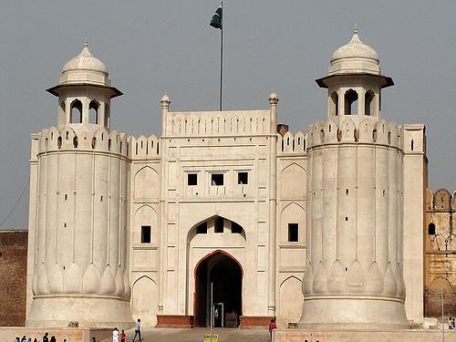 Who Build Shahi Qila in Lahore
